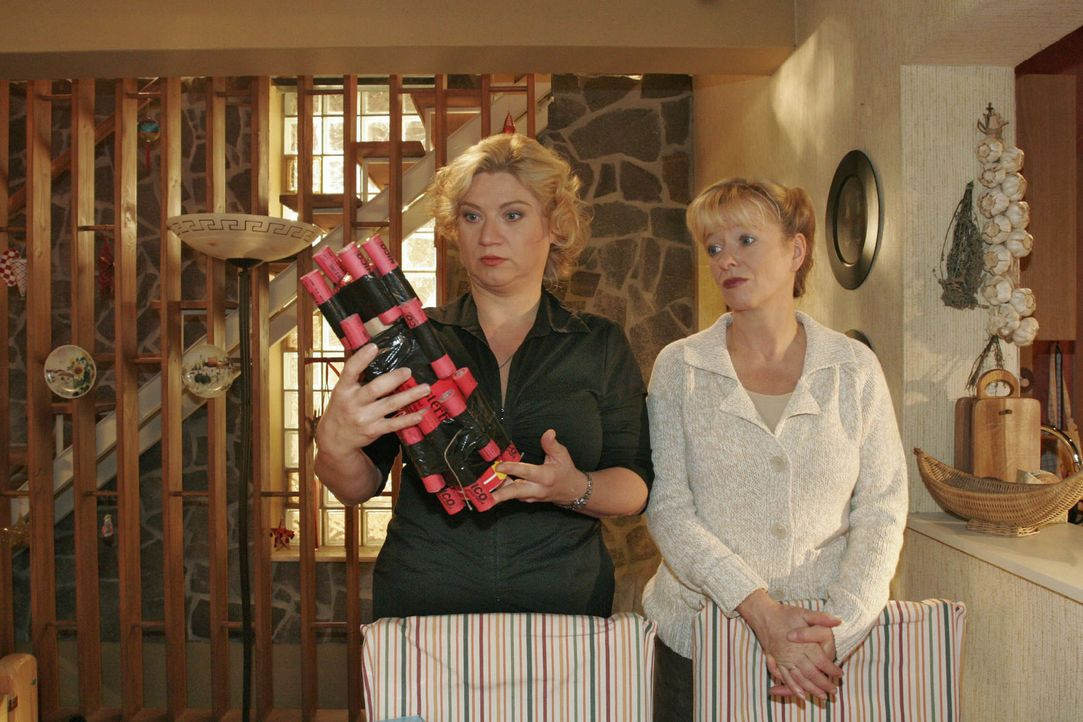 Agnes (Susanne Szell, l.) kann Helgas (Ulrike Mai, r.) Frust über Bernds Böller-Leidenschaft nachvollziehen. Sie selber muss sich eingestehen, das... - Bildquelle: Noreen Flynn Sat.1