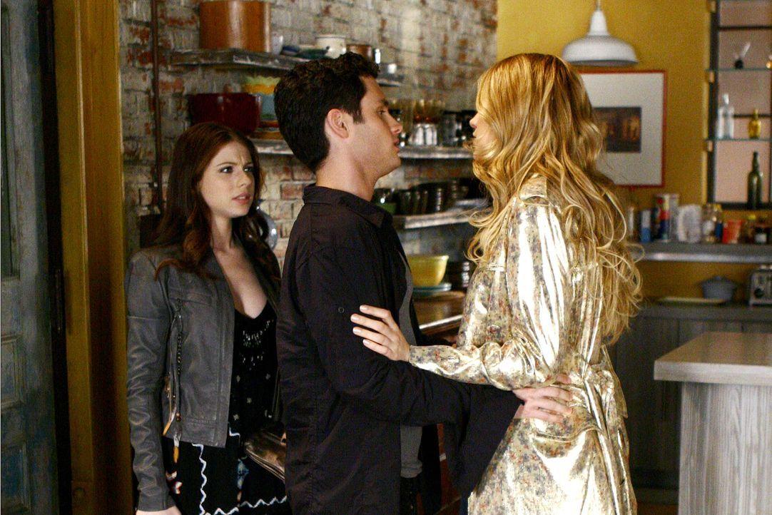 Serena (Blake Lively, r.) möchte sich bei Dan (Penn Badgley, M.) entschuldigen, doch Georgina (Michelle Trachtenberg, l.) scheint die Nacht bei ihm... - Bildquelle: Warner Bros. Television