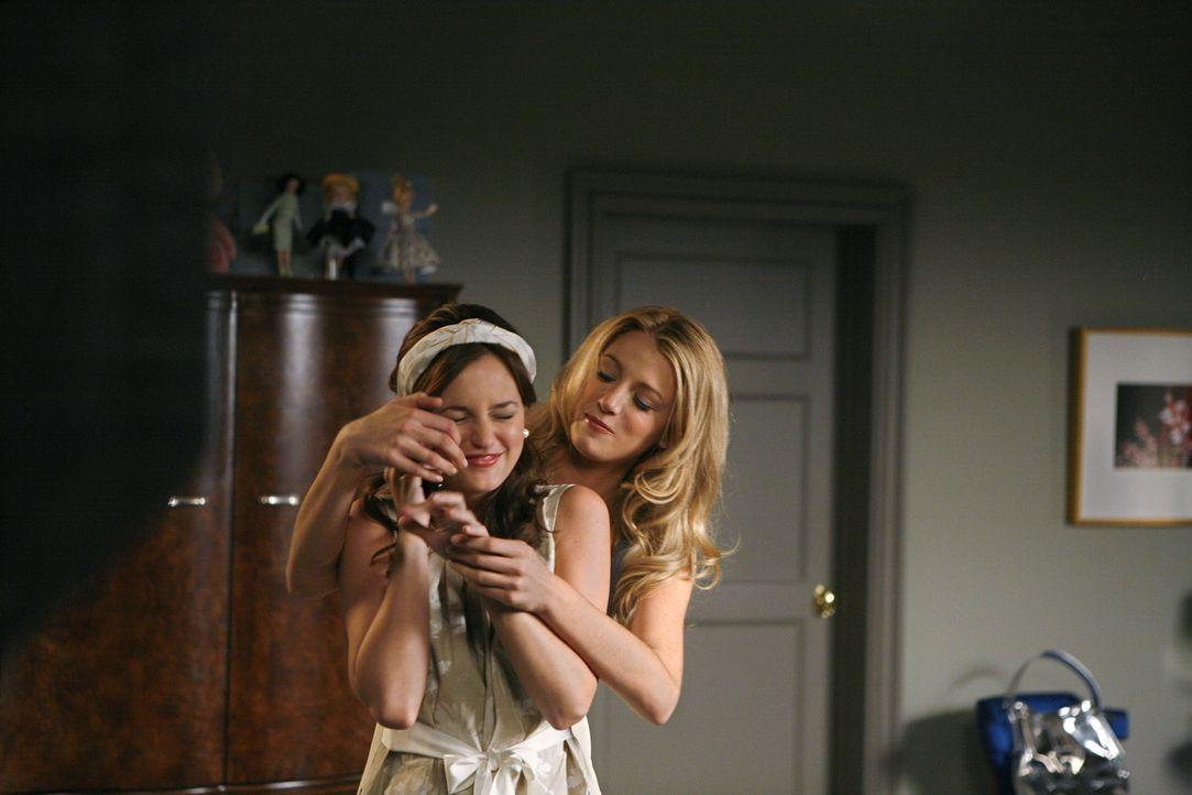 Noch verstehen sich die beiden blendend, doch ein großes Missverständnis trübt schon bald ihre Freundschaft: Blair (Leighton Meester, l.) und Serena... - Bildquelle: Warner Brothers