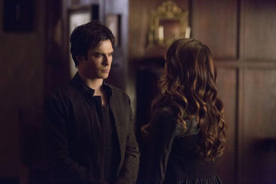 Die Wahrheit über Elena (Nina Dobrev, r.) ändert auch für Damon (Ian Somerhalder, l.) einiges ... - Bildquelle: Warner Brothers