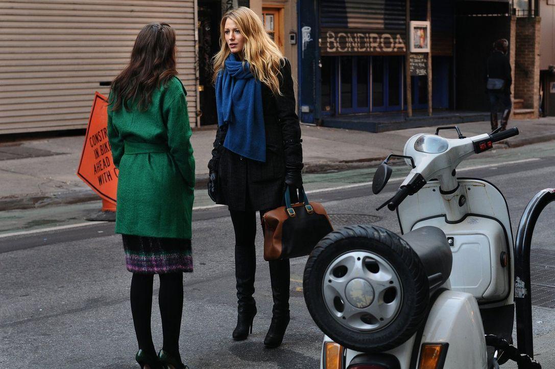 Blair (Leighton Meester, l.) versucht Serena (Blake Lively, r.) davon zu überzeugen, dass ihre Vermutungen über sie und Dan falsch sind um ihre Freu... - Bildquelle: Warner Bros. Television