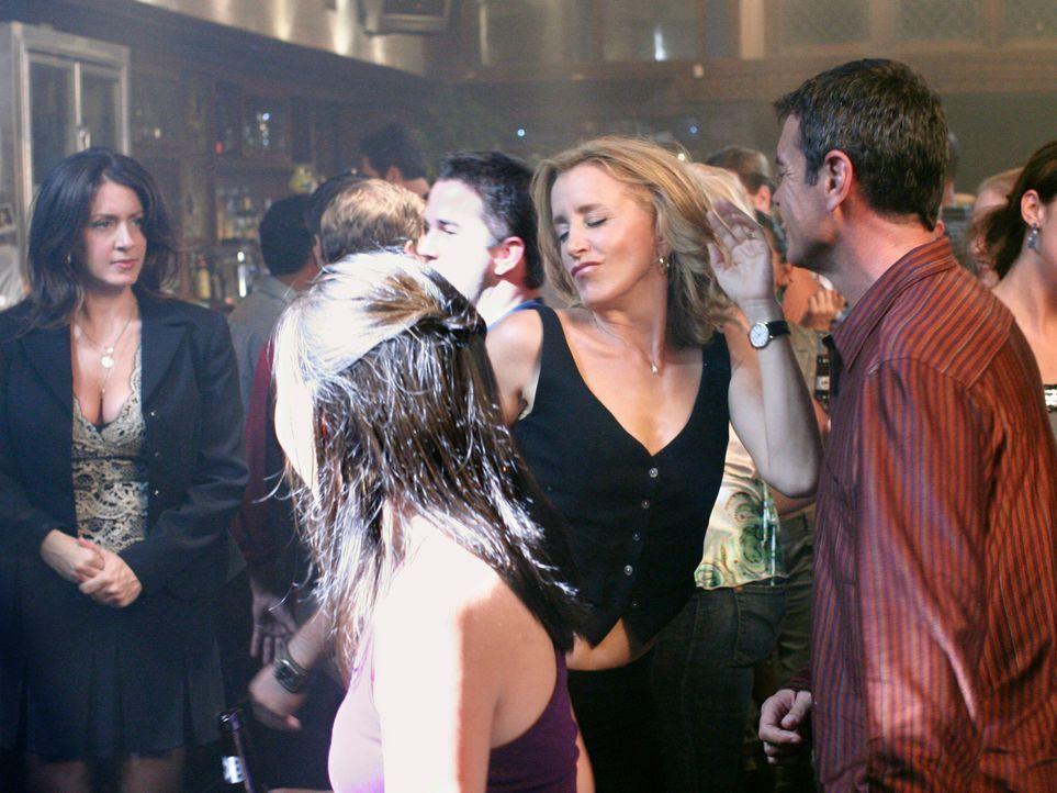 Lynette (Felicity Huffman, 2.v.r.) stielt ihrer Chefin Nina (Joely Fisher, l.) sie Show ... - Bildquelle: 2005 Touchstone Television  All Rights Reserved