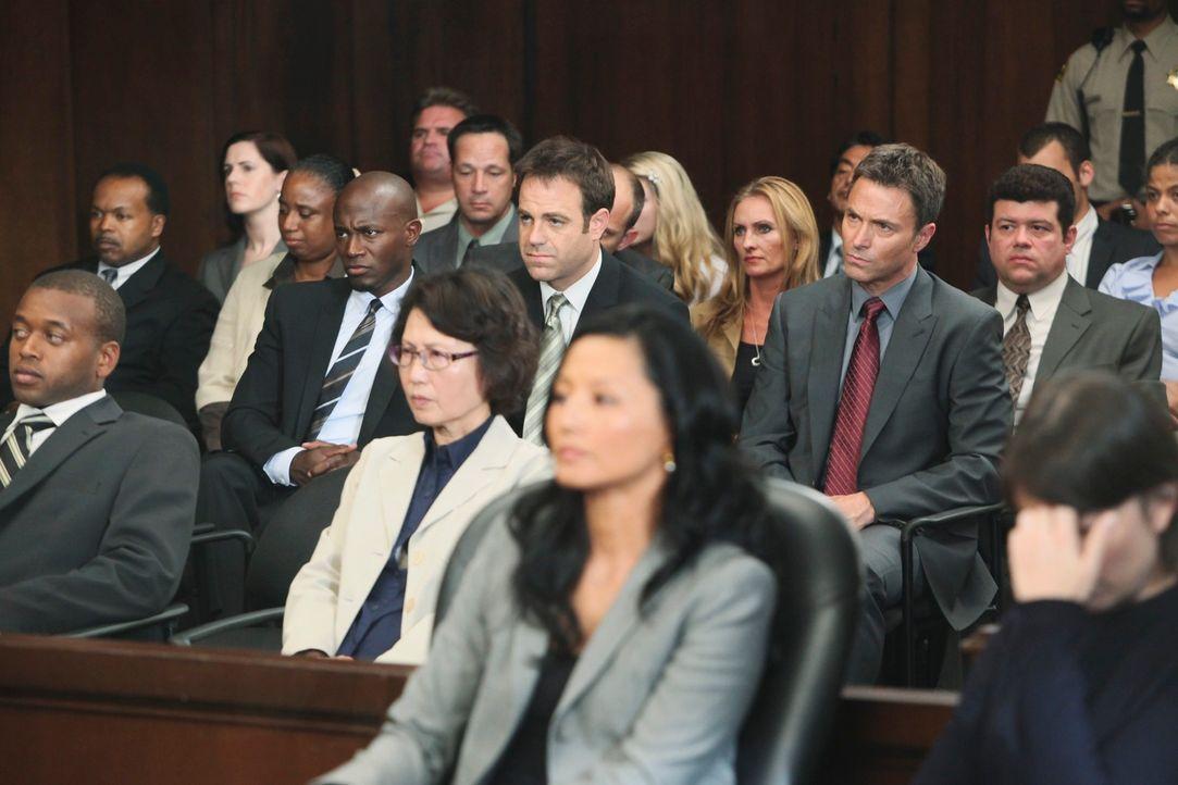 Bei der Verhandlung stehen Pete (Tim Daly, M.r.), Cooper (Paul Adelstein, M.M.) und Sam (Taye Diggs, M.l.) Violet zur Seite ... - Bildquelle: ABC Studios