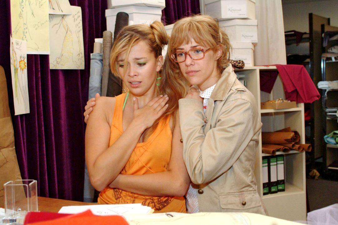 Lisa (Alexandra Neldel, r.) wird klar, als sie sich um Hannahs (Laura Osswald, l.) Kummer kümmert, dass sie nicht alleine die Probleme von Kerima l... - Bildquelle: Monika Schürle Sat.1