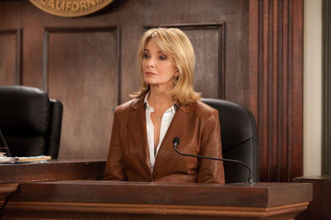 Deirdre Hall (Deirdre Hall) sagt als Zeugin vor Gericht aus ... - Bildquelle: 2011 Sony Pictures Television Inc. All Rights Reserved.