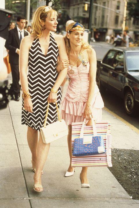 Sam (Kim Cattrall, l.) hat eine 4000 Dollar-Handtasche gesehen, die ihr nicht aus dem Kopf geht, und hofft auf Carries (Sarah Jessica Parker, r.) we... - Bildquelle: Paramount Pictures