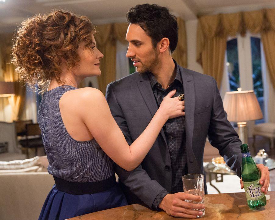 Evelyn (Rebecca Wisocky, l.) versucht verzweifelt, mehr Zeit mit Tony (Dominic Adams, r.) zu verbringen und greift daher zu verrückten Mitteln ... - Bildquelle: 2014 ABC Studios