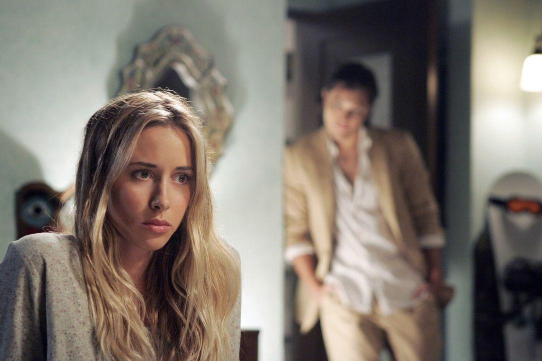Wird Ivy (Gillian Zinser, l.) auf die Masche von Oscar (Blair Redford, r.) hereinfallen? - Bildquelle: TM &   CBS Studios Inc. All Rights Reserved