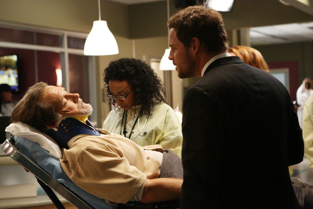 Jimmy Evans (James Remar, l.) wird in der Nacht der Gala ins Krankenhaus eingeliefert, wo sich Stephanie (Jerrika Hinton, M.) sofort um den Drogen-... - Bildquelle: ABC Studios