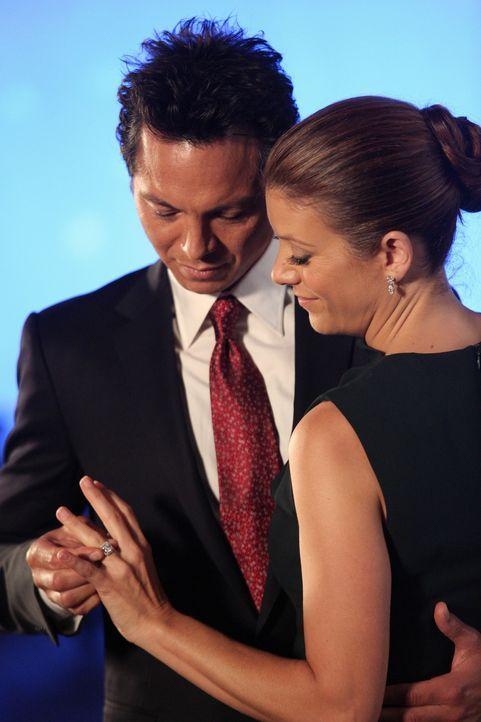 Sind sehr glücklich miteinander: Jake (Benjamin Bratt, l.) und Addison (Kate Walsh, r.) ... - Bildquelle: ABC Studios