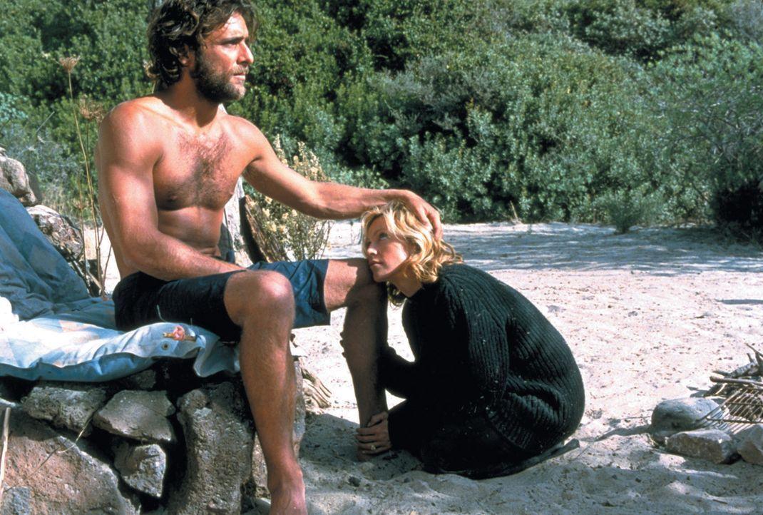 Als Giuseppe (Adriano Giannini, l.) und Amber (Madonna, r.) auf einer einsamen Insel stranden, wird aus der verwöhnten Amber eine Bittstellerin, die... - Bildquelle: 2003 Sony Pictures Television International