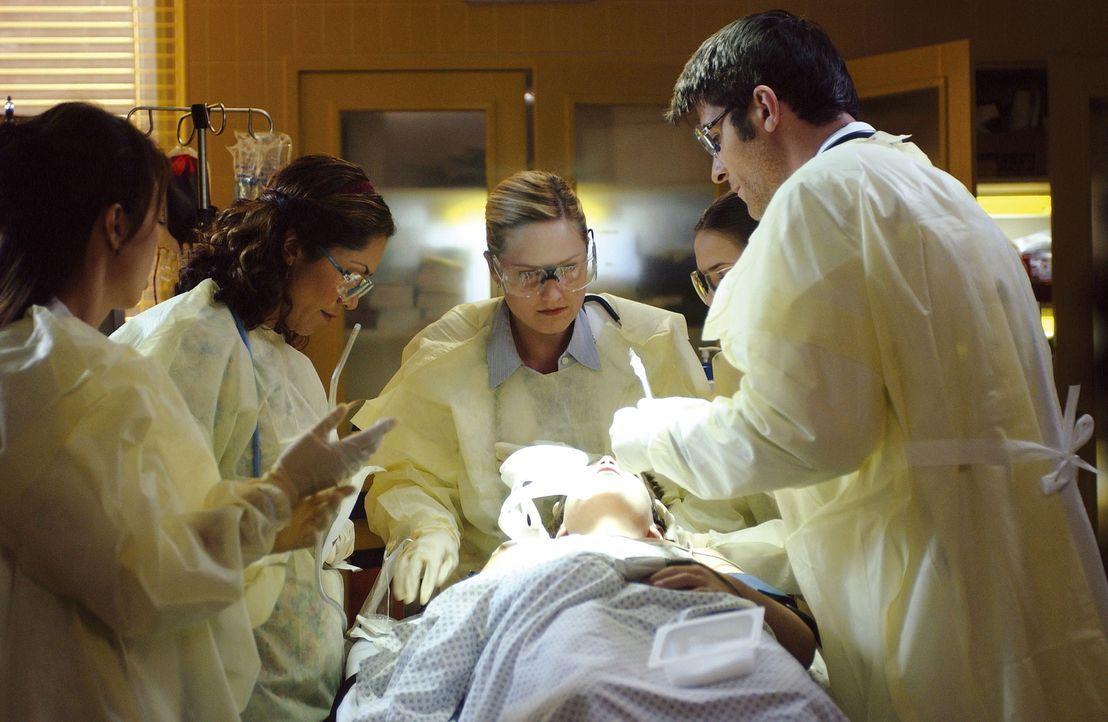 Da Dr. Susan Lewis (Sherry Stringfield, M.) einen schlechten Tag hat, müssen ihr Dr. Kovac (Goran Visnjic, r.) und Dr. Chen (Ming-Na Wen, l.) unter... - Bildquelle: TM+  2000 WARNER BROS.