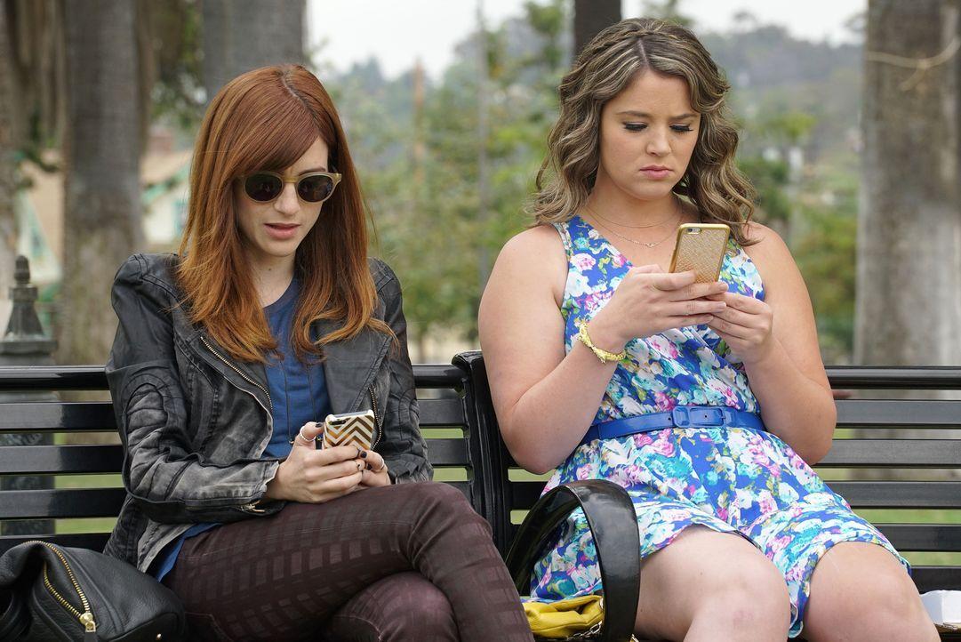 Während Gretchen (Aya Cash, l.) sich an ihre alte Gang erinnert, blüht Lindsay (Kether Donohue, r.) beim Online-Dating auf ... - Bildquelle: 2015 Fox and its related entities.  All rights reserved.