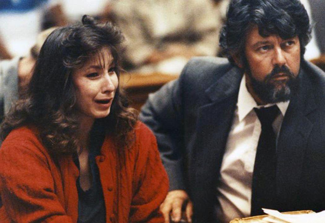 Cynthia Coffman (l.) verliebt sich in den Kriminellen James Marlow und tötet schließlich sogar für ihn ... - Bildquelle: 2013 NBCUniversal ALL RIGHTS RESERVED.