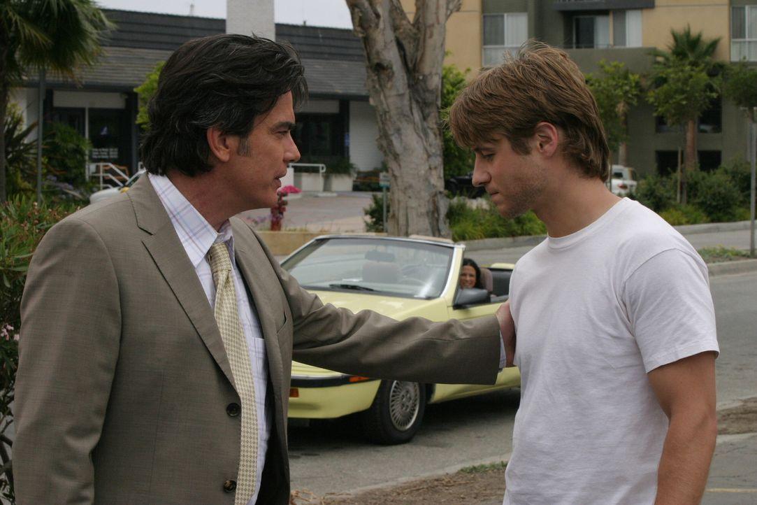 Da Sandy (Peter Gallagher, l.) keinen Erfolg hatte, Seth zu überzeugen wieder nach Hause nach Newport zu kommen, bittet er Ryan (Benjamin McKenzie,... - Bildquelle: Warner Bros. Television