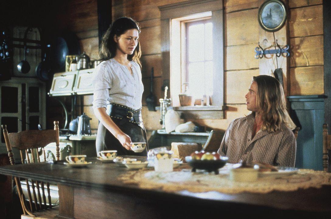 Tristan (Brad Pitt, r.) und Isabel II (Karina Lombard, l.) heiraten und bekommen zwei Kinder. Aber Tristan kann Susannah nicht vergessen ... - Bildquelle: TriStar Pictures