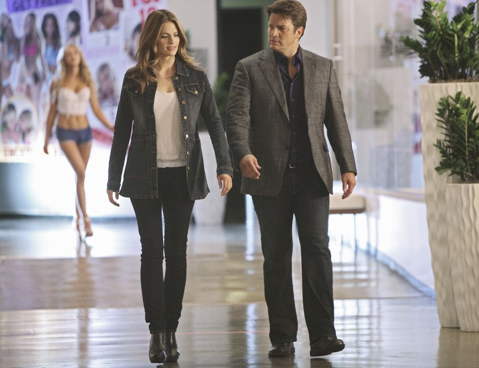 "Ermitteln in der Kryonikfirma ""Passageway"", die ihre Kunden für eine Zukunft kryokonserviert: Richard Castle (Nathan Fillion, r.) und Kate Beckett (... - Bildquelle: 2011 American Broadcasting Companies, Inc. All rights reserved."