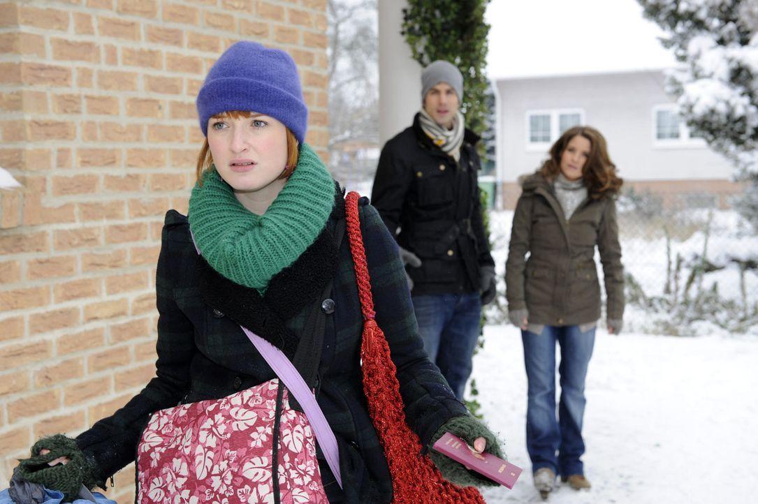 Was ist da nur los? Sophie (Franciska Friede, l.) stürmt wortlos an Michael (Andreas Jancke, M.) und Bea (Vanessa Jung, r.) vorbei ... - Bildquelle: SAT.1
