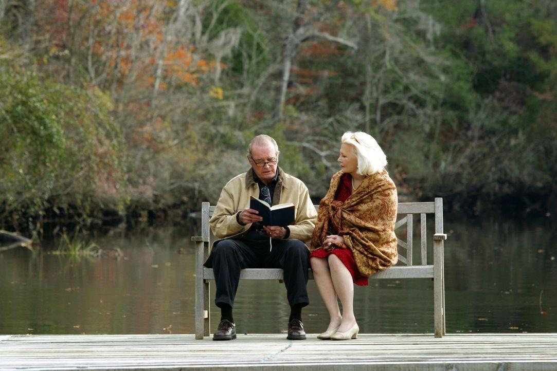 Jeden Tag besucht der alte Mann (James Garner, l.), ein Notizbuch unter dem Arm, das Hospiz einer alzheimerkranken Dame (Gena Rowlands, r.). Umstän... - Bildquelle: Warner Brothers International Television