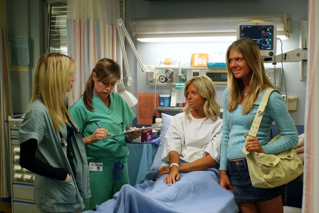 Sam (Linda Cardellini, l.) und Abby (Maura Tierney, 2.v.l.) kümmern sich um Marcia (Katarina Begin, 2.v.r.), während ihre Freundin Ginger (Kate La... - Bildquelle: Warner Bros. Television