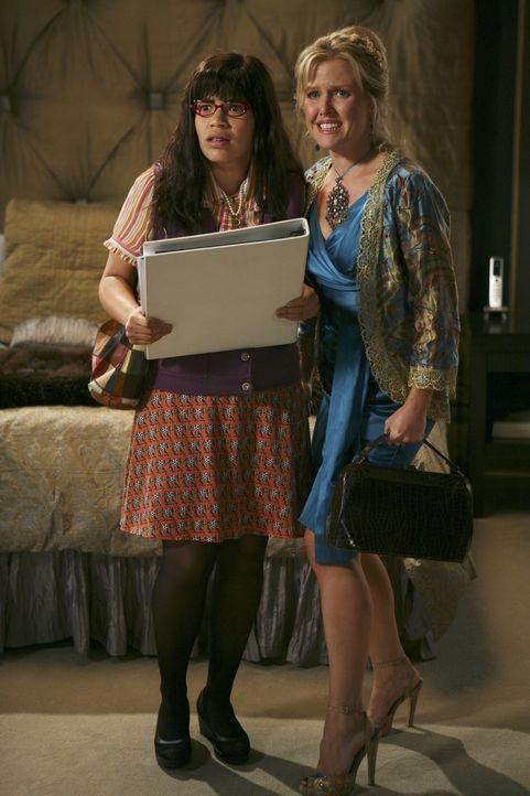 Betty (America Ferrera, l.) und Amanda (Becki Newton, r.) hecken einen Plan aus, wie Amanda aus der Tatsache, dass sie Fey Sommers' Tochter ist, Kap... - Bildquelle: Buena Vista International Television
