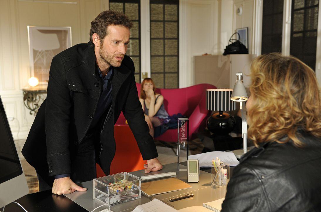 Als Matthieu (Guillaume Cramoisan, l.) und Chloé (Odile Vuillemin, M.) in der Zeitung das Bild einer Frau entdecken, die eigentlich für tot gehalten... - Bildquelle: 2008 - Beaubourg Audiovisuel/BeFilms/RTBF (Télévision Belge)