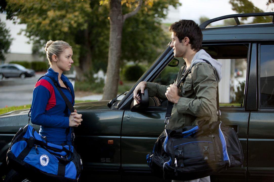 Max (Joshua Bowman, r.) gibt Laurens (Cassie Scerbo, l.) Avancen nach und verabredet sich mit ihr ... - Bildquelle: 2010 Disney Enterprises, Inc. All rights reserved.