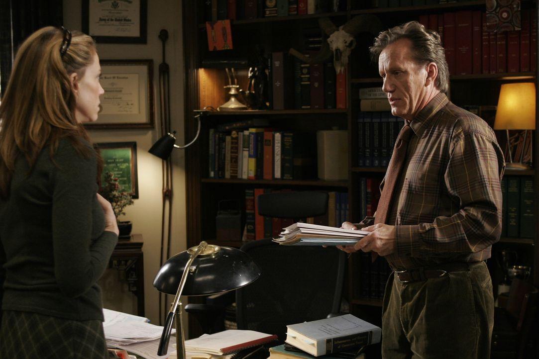 Rückblende: Fran Bevens (Ally Walker, l.) und Dr. Nate Lennox (James Woods, r.) ... - Bildquelle: Warner Bros. Television