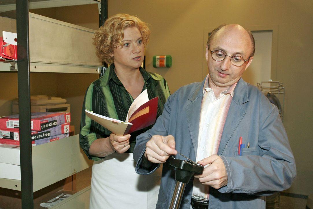 Agnes (Susanne Szell, l.) macht Hausmeister Kaminski (Matthias Zelic, r.) eindeutig klar, dass sie keine anonyme Liebespost mehr haben will - und sc... - Bildquelle: Noreen Flynn SAT.1 / Noreen Flynn