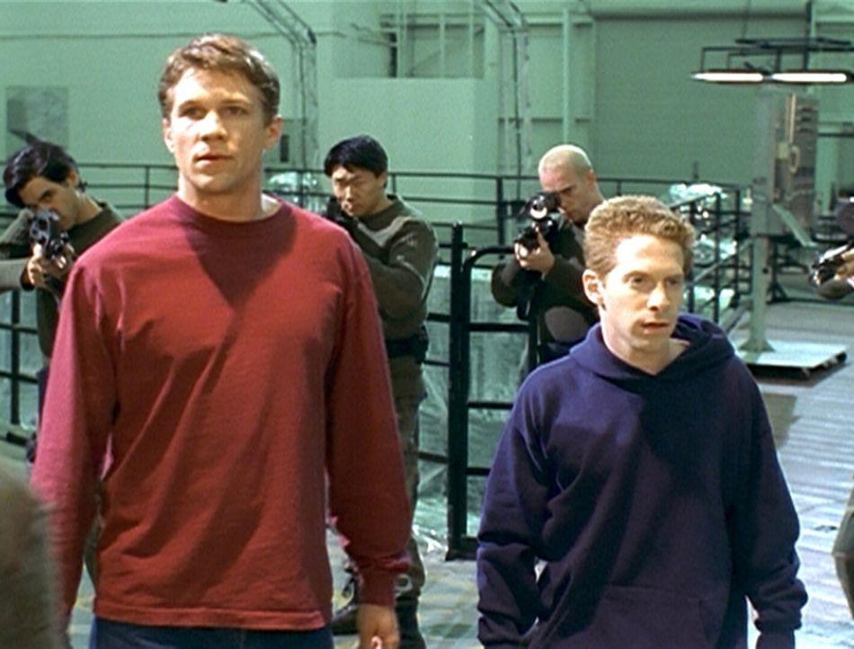 Riley (Marc Blucas, l.) will Oz (Seth Green, r.) aus der Gewalt der Initiative befreien, doch ihre Flucht bleibt nicht unbemerkt. - Bildquelle: TM +   2000 Twentieth Century Fox Film Corporation. All Rights Reserved.
