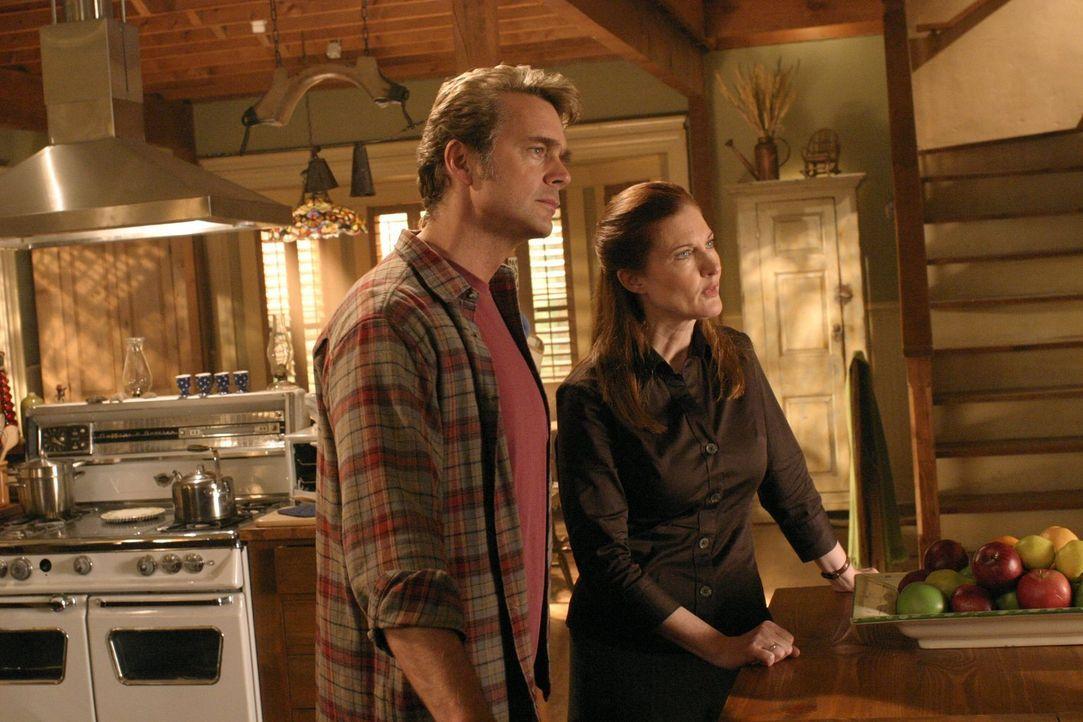 Auch Clarks Eltern (v.l.n.r.: John Schneider, Annette O'Toole) glauben nicht an Alicias Unschuld. Sie versuchen Clark davon zu überzeugen, dass dies... - Bildquelle: Warner Bros.