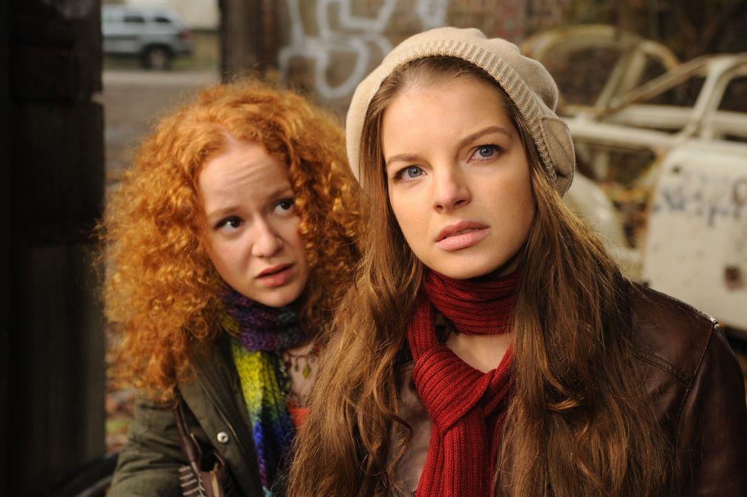 Ihre Freundin Betty (Laura Lo ZitoI, l.) ist total verwirrt. Sie sieht nichts, doch Laura (Yvonne Catterfeld, r.) ist fest davon überzeugt, dass ne... - Bildquelle: SAT.1