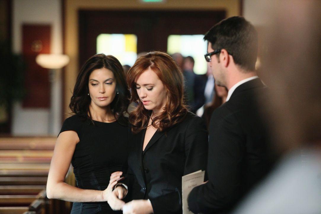 Da Karl seinen Verletzungen erlegen ist, müssen Susan (Teri Hatcher, l.) und Julie (Andrea Bowen, M.) Abschied nehmen ... - Bildquelle: ABC Studios
