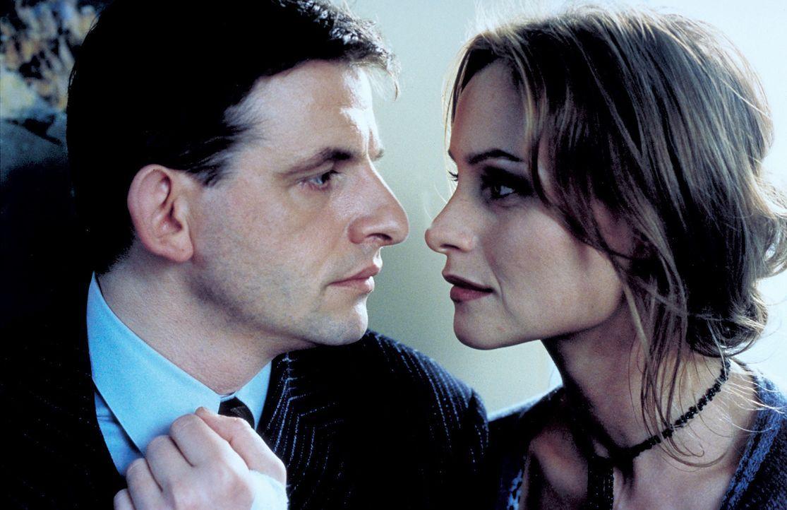 Kann Sylvie (Catherine Flemming, r.) ihrem Bruder Markus (Dominique Horwitz, l.) trauen? - Bildquelle: Katrin Knoke ProSieben