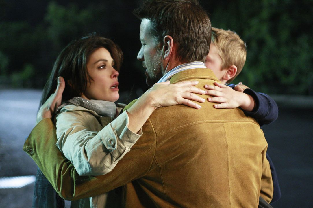 Können ihr Glück kaum fassen: Mike (James Denton, M.), Susan (Teri Hatcher, l.) und M.J. (Mason Vale Cotton, r.) ... - Bildquelle: ABC Studios