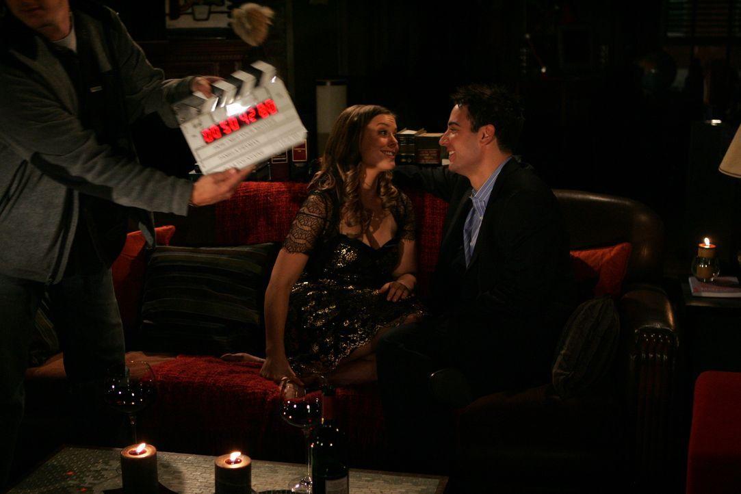 Hinter den Kulissen: Josh Radnor alias Ted (r.) und Ashley Williams alias Victoria (l.) ... - Bildquelle: 20th Century Fox International Television