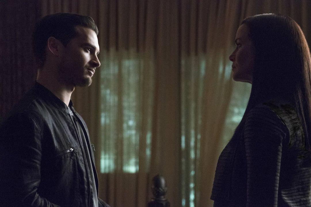 Lily (Annie Wersching, r.) erwartet einen ganz besonderen Gast und Enzo (Michael Malarkey, l.) weiß nicht, was er von diesem halten soll ... - Bildquelle: Warner Bros. Entertainment, Inc.