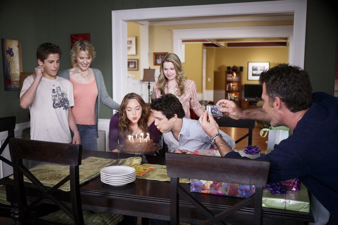 Das Familienglück ist perfekt: Nicole (Marguerite MacIntyre, 2.v.l.) und Stephen (Bruce Thomas, r.) feiern gemeinsam mit Josh (Jean-Luc Bilodeau, l... - Bildquelle: TOUCHSTONE TELEVISION