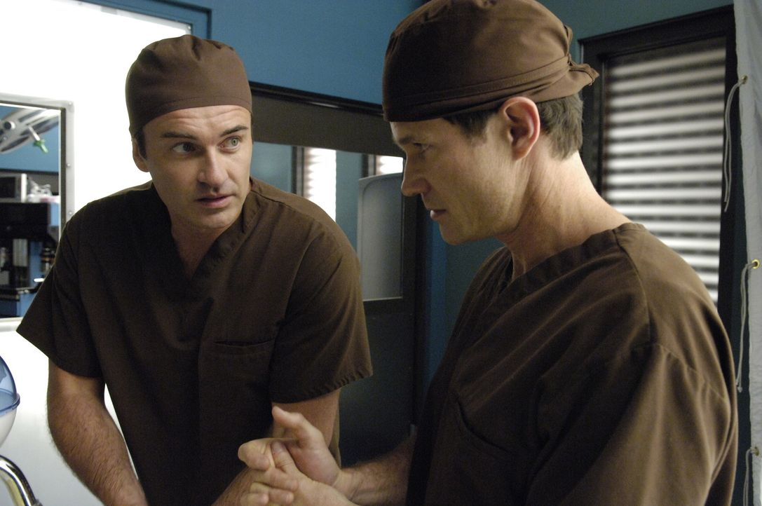 Nach einem Gespräch mit seiner Psychiaterin, fühlt sich Christian (Julian McMahon, l.) in Seans (Dylan Walsh, r.) Nähe unwohl und versucht, ihm a... - Bildquelle: TM and   2004 Warner Bros. Entertainment Inc. All Rights Reserved.