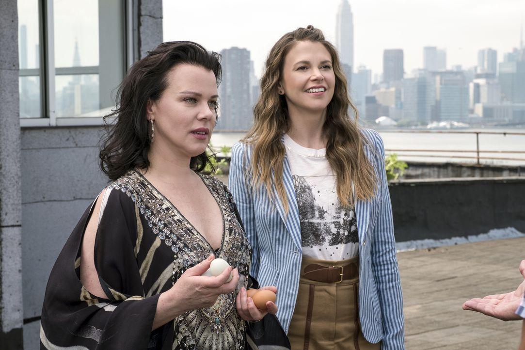 Maggie (Debi Mazar, l.); Liza Miller (Sutton Foster, r.) - Bildquelle: Hudson Street Productions Inc 2017