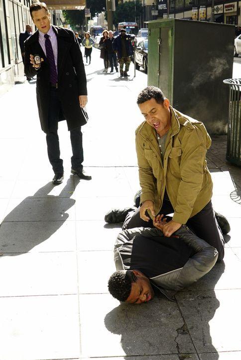 Hat sich Esposito (Jon Huertas, r.) bei Bolts (Roshawn Franklin, unten) Verhaftung wirklich das Knie verletzt, oder lügt er Castle an, um mit Kevin... - Bildquelle: Richard Cartwright ABC Studios / Richard Cartwright