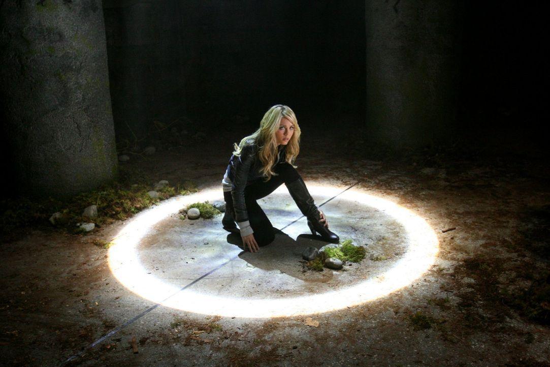 Während Oliver auf der Suche nach dem Omega-Bogen ist, trifft er auf Kara (Laura Vandervoort), die auf der Jagd ist, im Darkseid zu stoppen ... - Bildquelle: Warner Bros.