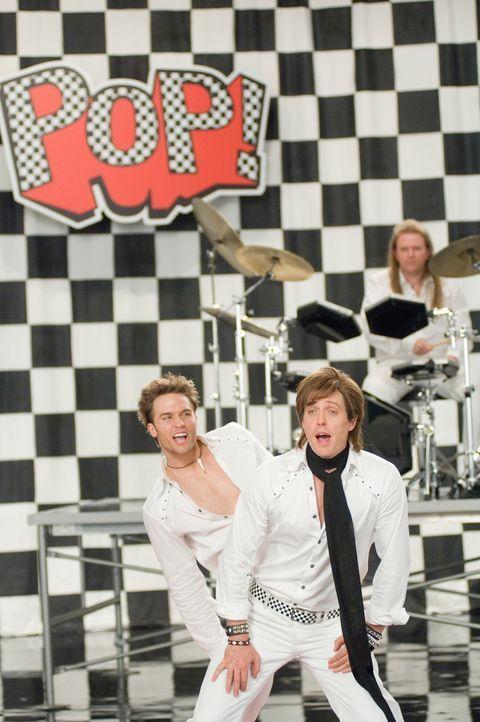 """Videodreh mit der Band """"Pop!"""", der Alex Fletcher (Hugh Grant, r.) mal angehörte, bevor sein Bandkollege entschied, ein eigenes Album zu veröffentlic... - Bildquelle: Warner Bros."""