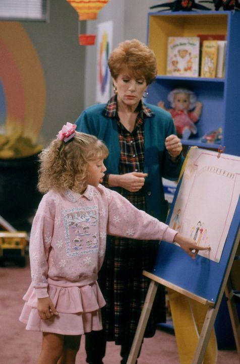 Nach einem Erdbeben verhält sich Stephanie (Jodie Sweetin, l.) seltsam. Kann die Therapeutin Dr. Marion Steiner (Nancy Dussault, r.) ihr helfen? - Bildquelle: Warner Brothers Inc.