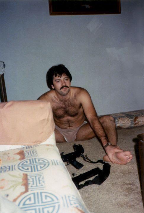 Geistesgegenwärtig schießt Kosta Fotopoulos (Bild) auf den Einbrecher, der ihn und seine Frau mit einer Waffe bedroht. Doch bei der Polizei geht ein... - Bildquelle: Licensed by Universal Studios International B. V.