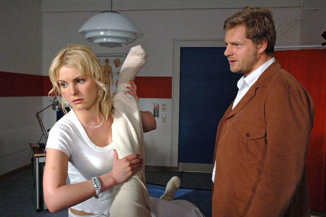 Jakob (Henning Baum, r.) versteht nicht, warum Marie (Yvonne Schönherr, l.) ihm so hartnäckig ausweicht ... - Bildquelle: Sat.1