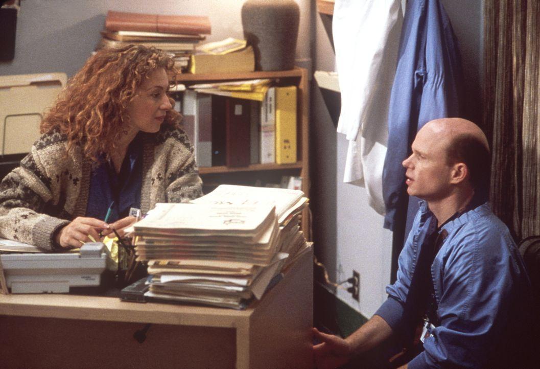 Romano (Paul McCrane, r.) hat Corday (Alex Kingston, l.) zusätzliche Büroarbeit aufgehalst. - Bildquelle: TM+  2000 WARNER BROS.