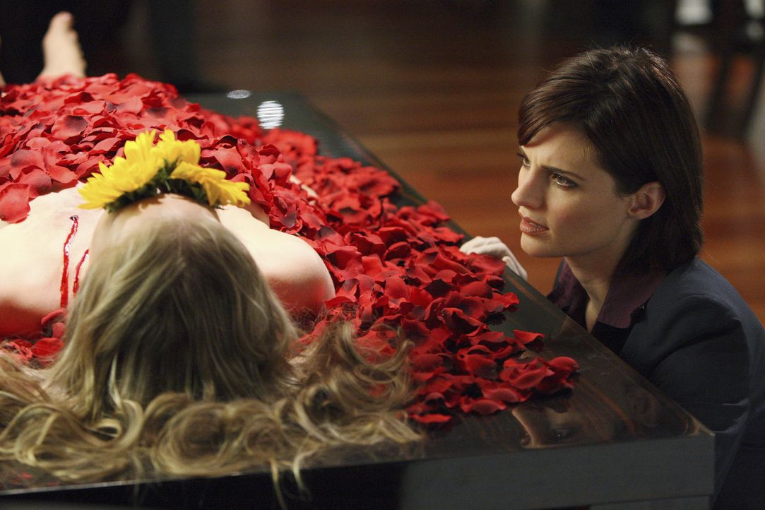 Ein mysteriöser Mordfall beschäftigt Kate Beckett (Stana Katic, r.) und ihre Kollegen, doch das Szenario kommt ihr irgendwie bekannt vor ... - Bildquelle: ABC Studios