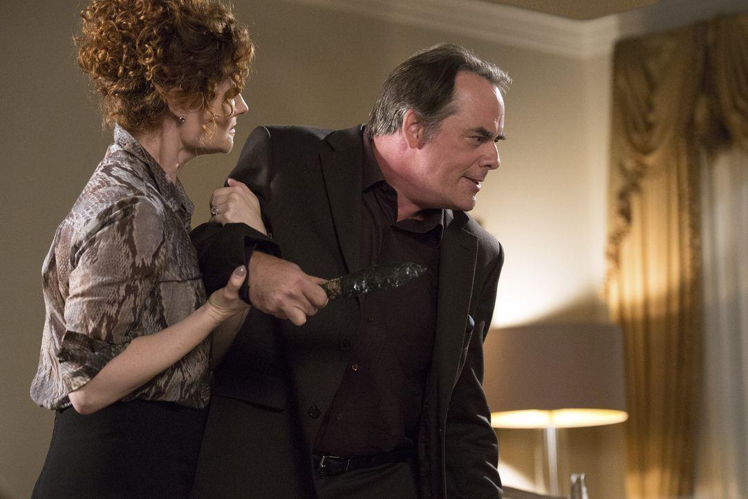 Als ein Geständnis alte Wunden aufreißt, verlieren Evelyn (Rebecca Wisocky, l.) und Adrian (Tom Irwin, r.) beinahe die Fassung ... - Bildquelle: 2014 ABC Studios