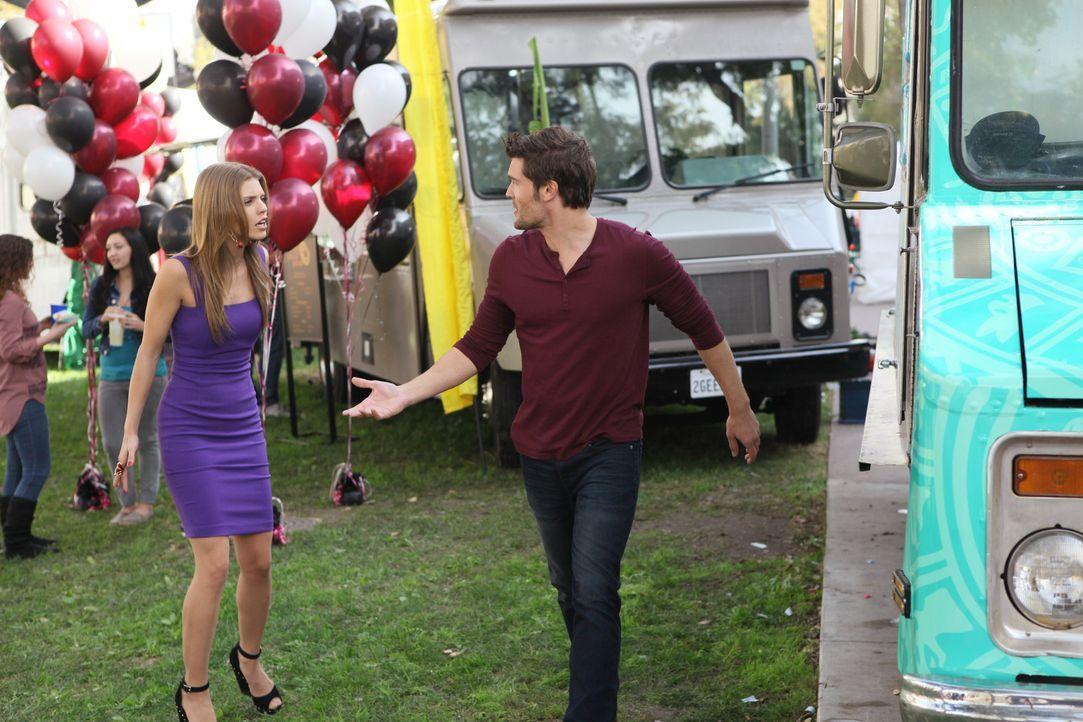 Mark (Charlie Weber, r.) ist total genervt von Naomi (AnnaLynne McCord, l.). Sie versucht unter allen Umständen Kontakt zu ihrem aufgespürten Halb...
